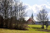 Obec Lužice a její okolí, opravovaný kostel sv. Augustina.