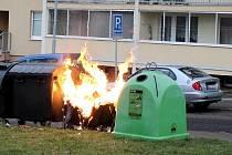 Na druhý vánoční svátek, 26. prosince, zachvátily plameny kolem osmé hodiny ranní kontejner na odpadky v mostecké ulici K. H. Máchy.