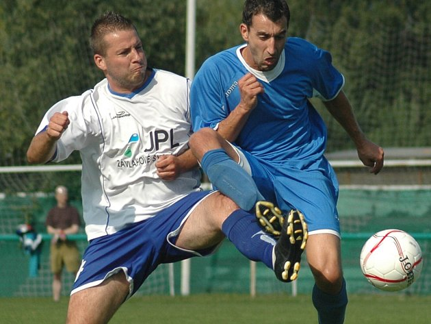 Fotbalisté FK SIAD Souš (modré dresy) se stali na stadionu v Braňanech vítězi Severočeského poháru SIAD Cup.