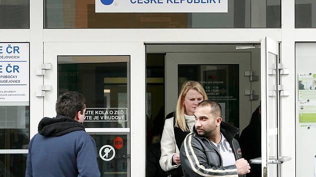 Na úřadech práce přibudou kvůli propouštění desítky nových uchazečů o zaměstnání.