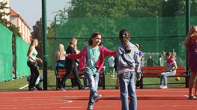 Osmá základní škola v Mostě má nové sportovní hřiště.