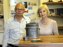 Manželé Jac a Leny Crins z holandského Belfeldu přivezli do expozice v mosteckém památníku exponáty a sbírali další informace pro svou knihu.