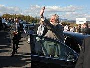 Miloš Zeman se zdraví s mosteckými horníky na hipodromu.