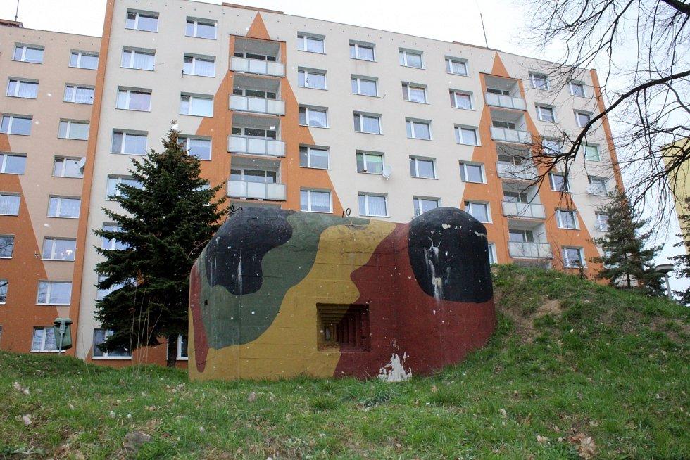 Lehké opevnění K51/15/A 160/Z mezi paneláky na sédlišti v Jirkově.