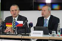 Ministři životního prostředí Thomas Schmidt a Richard Brabec připustili, že puch je stále záhada. Pomoci má nový projekt.
