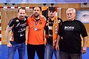 S ostatními fanoušky a trenérem Mostu Peterem Dávidem (druhý zleva).