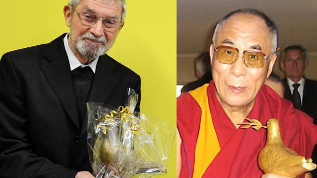 Vlevo páter Benno Beneš se Zlatou holubicí míru. Tutéž cenu obdržel v minulosti 14. dalajláma, duchovní vůdce Tibetu.