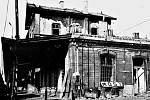 Konec mosteckého nádraží, o kterém se v kronice města píše, že v roce 1935 v jeho hale bylo odbaveno 866 433 cestujících