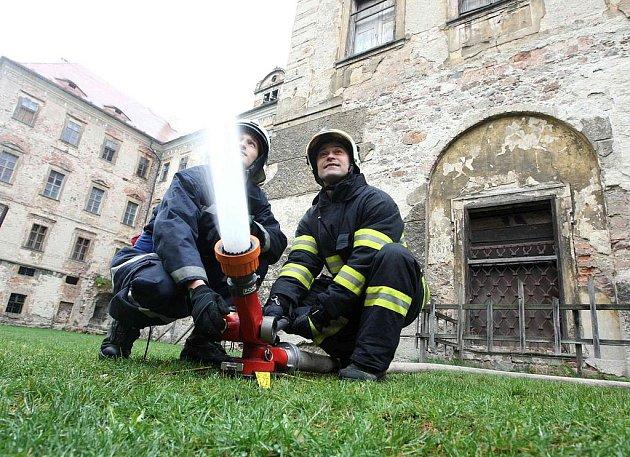 Deset hasičských jednotek zasahovalo u fiktivního požáru na zámku Jezeří