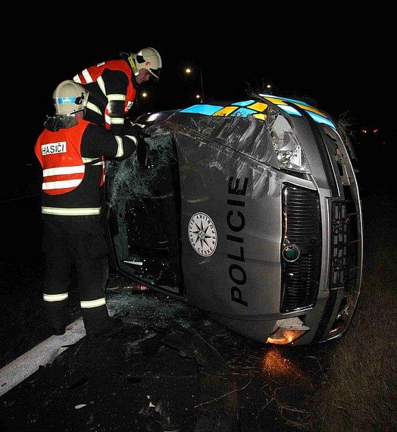 Policejní vozidlo skončilo na boku