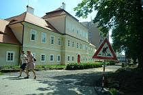 Zadní prostranství u litvínovského zámku a sousedního hotelového domu prochází rekonstrukcí.