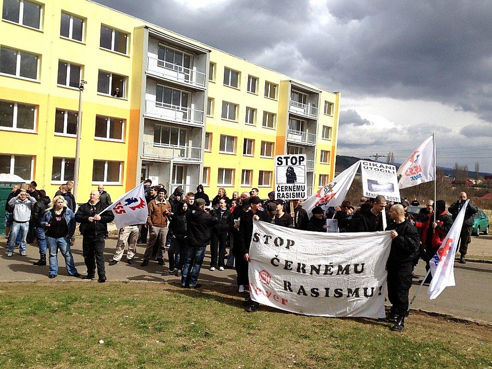 Radikálové před domem v Chánově, kde vznikají sociální byty.