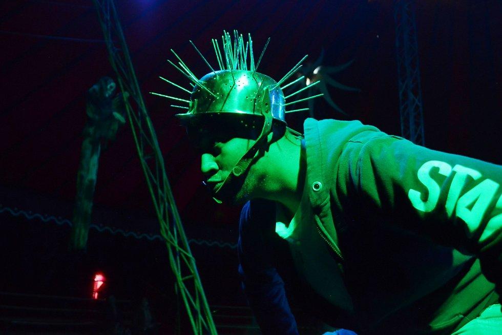 Členové souboru Horor Cirkus Ohana zkoušejí nové představení v Mostě, kde za plotem strávili dva měsíce. Nyní už můžou hrát pro maximálně sto diváků.