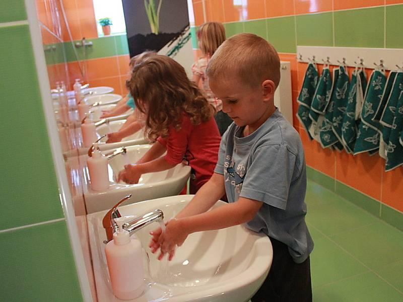 Děti na nových sociálních zařízeních.