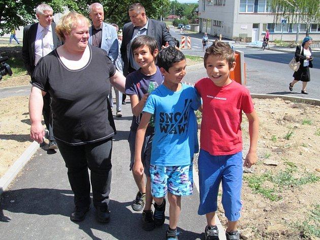 Asistentka prevence kriminality s janovskými dětmi při návštěvě ministra vnitra Milana Chovance.