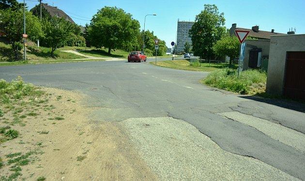 Ulice Hořanská cesta, kde musel Miroslav Bernášek vystoupit ztaxi a jít na autodrom pěšky.