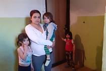 Nájemnice Lucie Zámková s dětmi před bytem v bloku 93 v Mostě.
