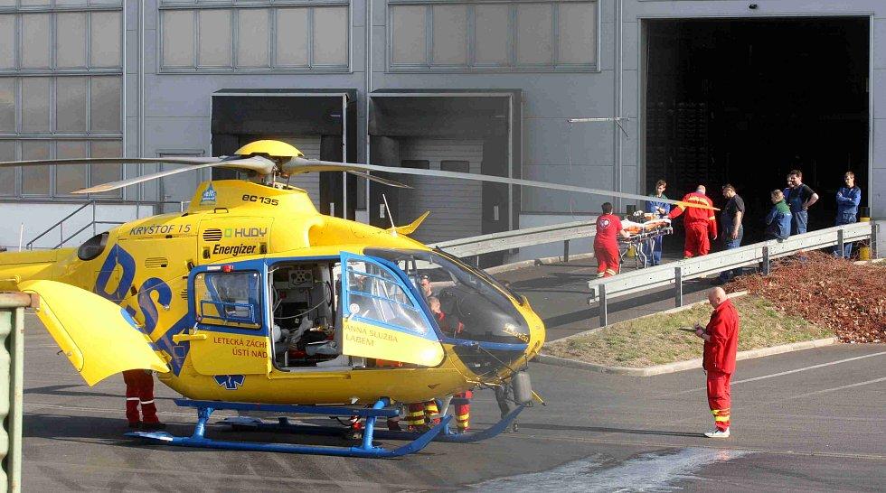 Těžce zraněného dělníka transportoval vrtulník