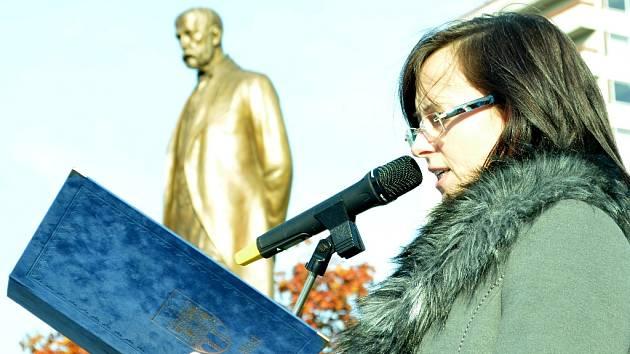 Petra Trojnová z magistrátu čte báseň Viktora Dyka při pietním aktu u sochy T. G. Masaryka v Mostě.