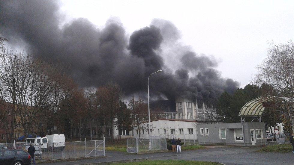 V průmyslovém areálu RICO u děkanského kostela v Mostě začala v sobotu dopoledne 19. prosince hořet jedna z hal.