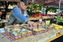 Známý mostecký trhovec Vlastimil Kohout prodává na trhu v Mostě levné polské máslo