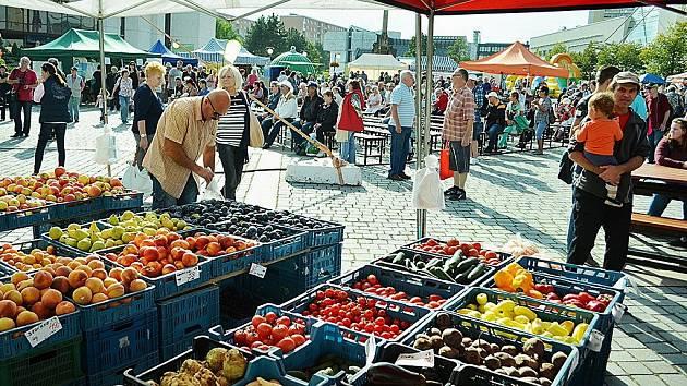 Trhy v Mostě. Archivní foto