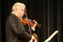Jaroslav Svěcený hraje.