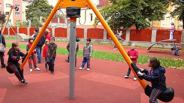 V ulici Z. Fibicha vzniklo v roce 2010 centrální hřiště s rotační houpačkou.