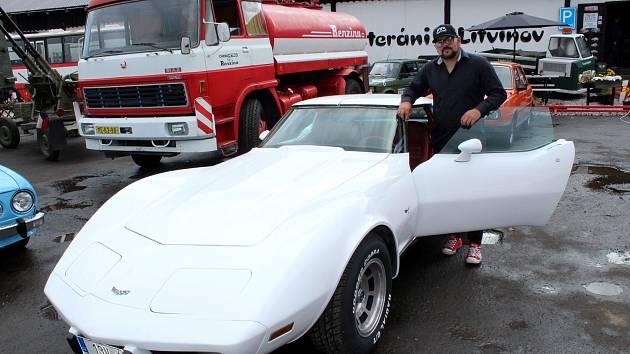 Šéf muzea Veteráni Litvínov u vozu Chevrolet Corvette, který původně vlastnil americký kosmonaut z programu Apollo 11.
