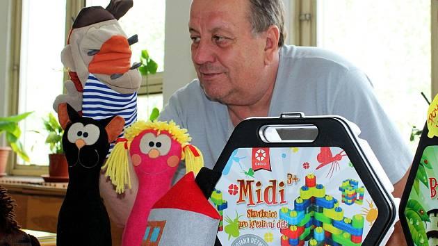 Stanislav Heinzl ze společnosti České hračky předvádí jednoho z vyrobených maňásků.