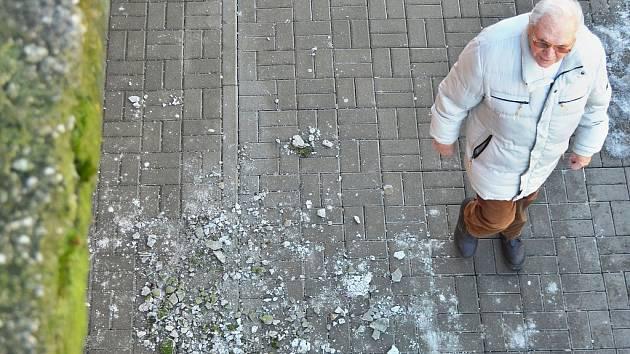 Z obchodního střediska Rozkvět v Mostě odpadávají na chodník kusy betonu