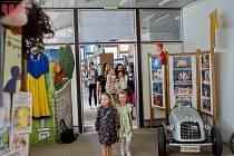 Rozmáňo aneb Svět pohádek, to je název výstavy loutek, kostýmů, kulis, rekvizit a dalších zajímavých věcí z divadla, která bude v Městské knihovně v Mostě několik měsíců.
