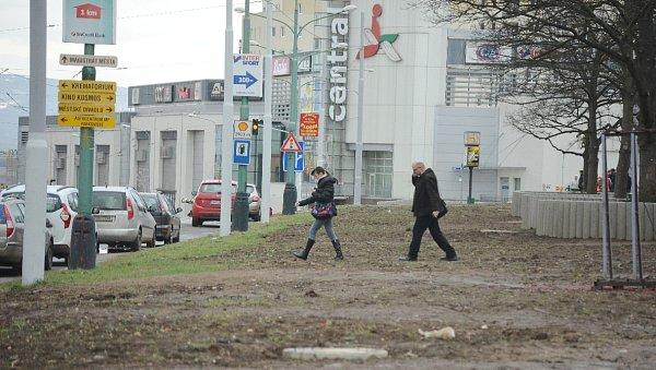 Loni upravené prostranství mezi novým parkovištěm a nákupním centrem Rozkvět. Parkoviště údajně nevzniklo kvůli obchodům a vzdálenějšímu sídlišti za tramvajovou tratí, na opačné straně třídy Budovatelů.