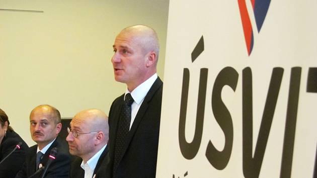 (zprava) předseda Úsvitu – NK Mirek Lidinský, sociolog Petr Hampl a předseda Bloku proti islámu Martin Konvička. Besedy se zúčastnili i poslanci Úsvitu Jana Hnyková a David Kádner.