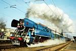 Legendární lokomotiva Papoušek s historickými vagóny vyjela na Švestkovou dráhu.