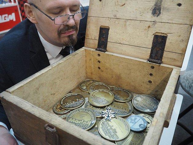 Šéf firmy Vladimír Šulc s oceněními, které Eduard v Norimberku v průběhu let získal.