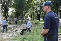 Vězeňská služba dohlíží na odsouzené, kteří pomáhají při opravách lenešického kostela.