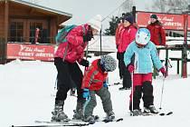 Ve Ski areálu Tělovýchovné jednoty Rekreant v Českém Jiřetíně se od víkendu také hojně lyžuje. Do konce týdne by chtěli spustit i nejdelší vlek na Čerťáku.