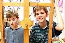 Marek (vlevo) a David Fuxovi v ateliéru ZUŠ Moskevská v Mostě. Oba jsou žáky 7. ZŠ. Od malička chodili na spoustu kroužků. Když mají volno, odpočívají nejraději u počítače.
