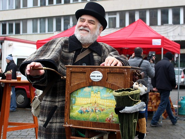 Jan Roháč z Ostrova nad Ohří jezdí se svým aparátem po republice a při různých akcích baví lidi.
