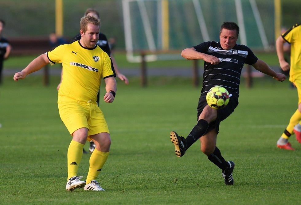 FŠ Litvínov (ve žlutém) ve víkendovém zápase s Oldřichovem B.