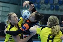 Mostecká Veronika Mikulášková (uprostřed) v posledním zápase Ligy mistrů se švédským Sävehofem.