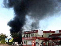 Hasiči bojují s požárem opuštěného drážního domu