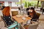 Otevřela se i venkovní zahrádka kavárny a cukrárny Lagarto Deli Most v centru města