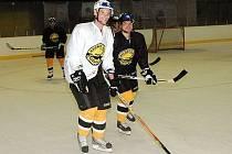 První trénink na ledě extraligových hokejistů Litvínova.Lukáš Poživil a Vojta Kubinčák.