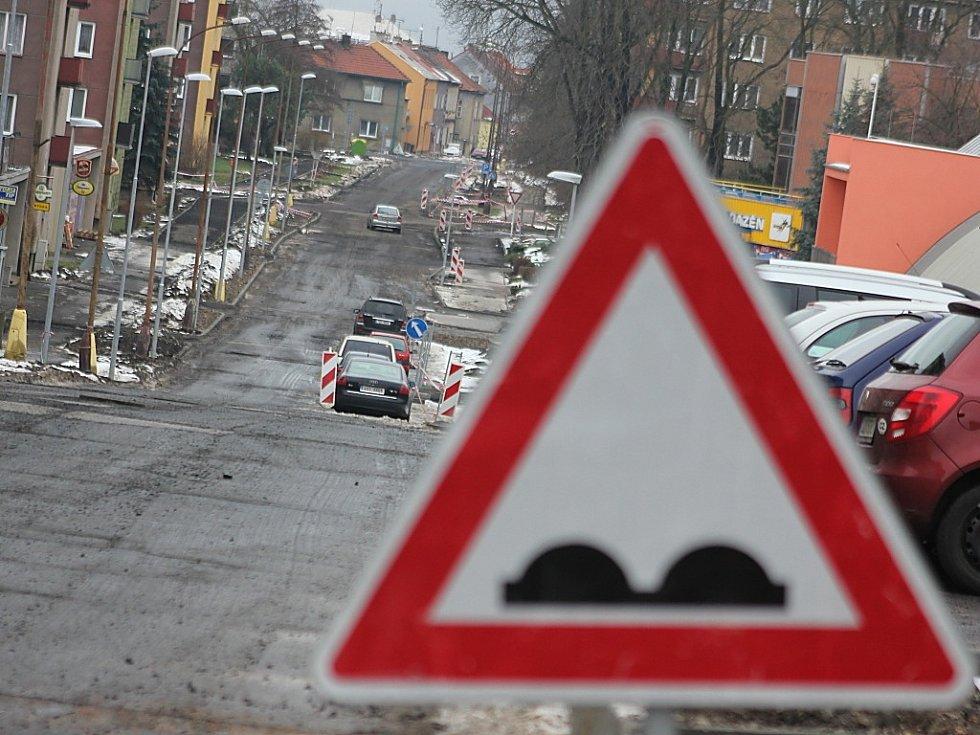 Ruská ulice v Litvínově. Je půl roku nedodělaná kvůli Stavanu.