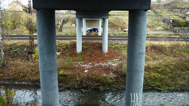 Dopravně poměrně vytížený most v Rudolicích přes železniční trať a říčku Bílinu čeká velká rekonstrukce.