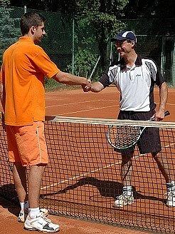 Celkový vítěz letošního turnaje David Zíma (vlevo) přijímá gratulaci od soupeře Hynka Habenichta.