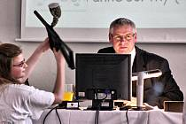 Žákyně ukazuje starostovi Litvínova Milanu Šťovíčkovi pušku na paintball při představování projektu na stavbu adrenalinového hřiště.