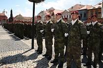 Slavnostní nástup vojáků 4. brigády rychlého nasazení v Žatci, červenec 2014